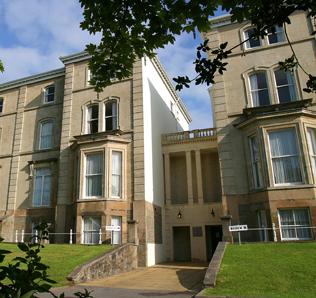 选择一个舒适、温馨而安全的宿舍对于留学生来说至关重要。大学提供约3,400间学生公寓,为学生提供多种住宿选择,将帮助你找到合适的住所。大学有3个主要的住宿区,分别为Singleton校区住宿、Hendrefoelan学生村和BeckHouse住宿区。除了这3个住宿区外,在市区的Uplanps和Brynmill附近颇受学生欢迎的区域还提供了由大学管理的校外住宿。  具体信息详见:http://www.swansea.ac.uk/accommodation/